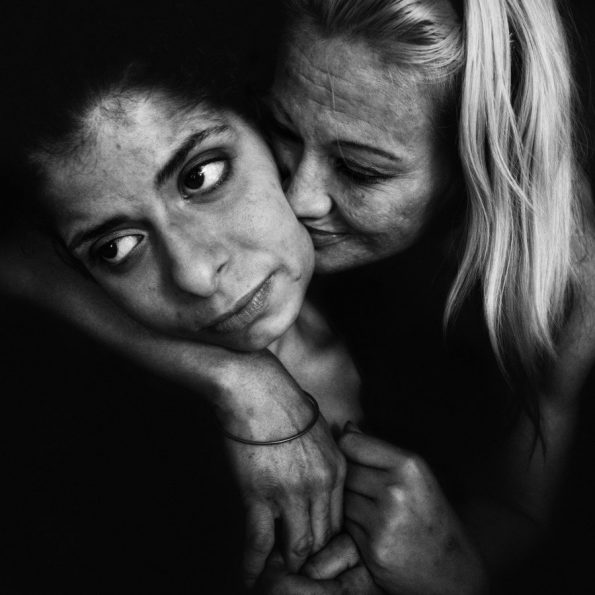 Lee-Jeffries-cultura-vagabundos-Margo-abrazando
